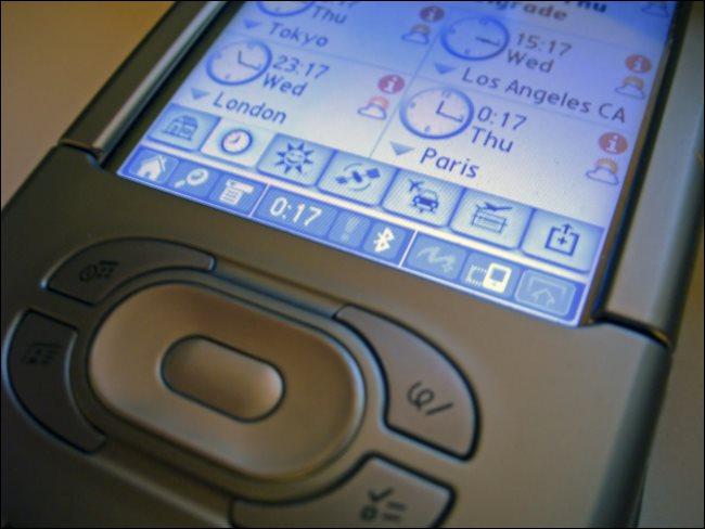 Un PDA affichant l'heure à Tokyo, Los Angeles, Londres et Paris.