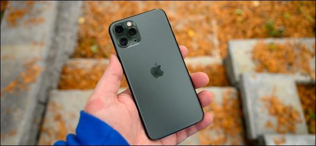 Une main tenant un Apple iPhone 11 Pro.