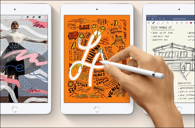 Quelqu'un dessine sur un iPad mini 2020 avec un Apple Pencil.