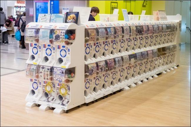 Juegos de Gacha en un centro comercial de Sapporo, Japón.