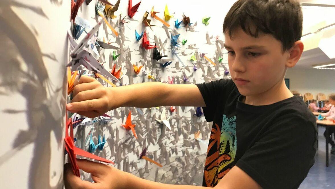 Schule : Mit Kranichen werden am Fontane-Schulzentrum in Neuruppin Wünsche erfüllt