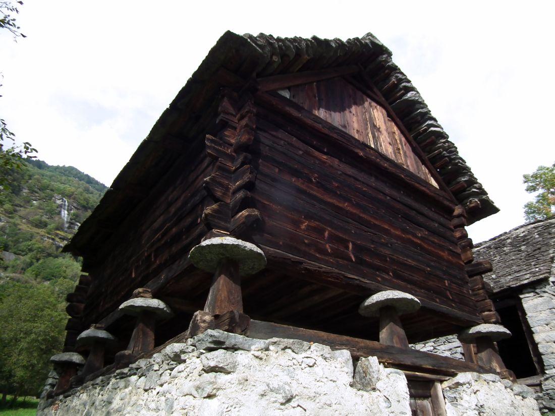 Risultati immagini per case walser su pilastri a fungo