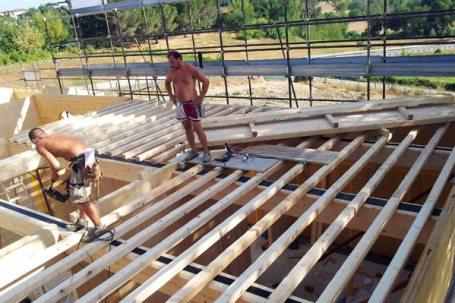 Borgo a Scarperia montaggio travi legno soffitta