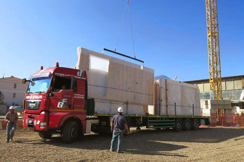 Consegna in cantiere di pareti preassemblate di legno x-lam BBS