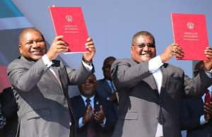 Mozambique President Filipe Nyusi (left) and opposition RENAMO leader Ossufo Momade pose for a photo after signing peace deal