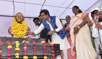 नगरीय विकास एवं आवास मंत्री श्री जयवर्धन सिंह ने झाबुआ नगर में राष्ट्रपिता महात्मा गाँधी की प्रतिमा का अनावरण किया।