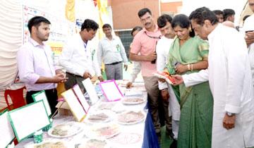 मुख्यमंत्री श्री कमल नाथ ने भिण्ड में महिला एवं बाल विकास द्वारा आयोजित महिला स्व-सहायता समूह की पोषण आहार प्रदर्शनी का अवलोकन किया।