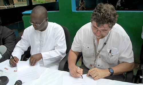 Hon. Minster Omar Sey and MRC Unit Director Professor Umberto D'Alessandro signing the agreementDalessandro_signing_L
