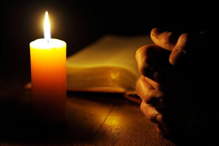 Biblia-manos-luz