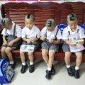 """gemelli2 thumb10 thumb - Taglio di capelli """"numerato"""" per quattro gemelli, per aiutare gli insegnanti a distinguerli"""