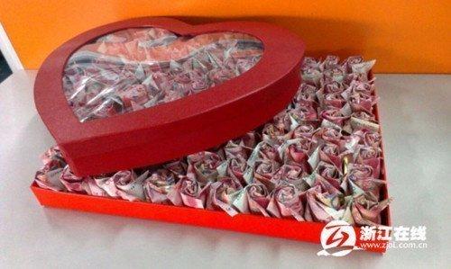 rose con banconote - Un dono da 30.000 euro per la proposta di matrimonio