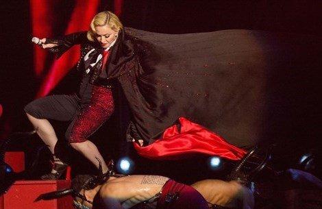 20150228 91823 in091 - Madonna cade sul palco dei Brit Awards