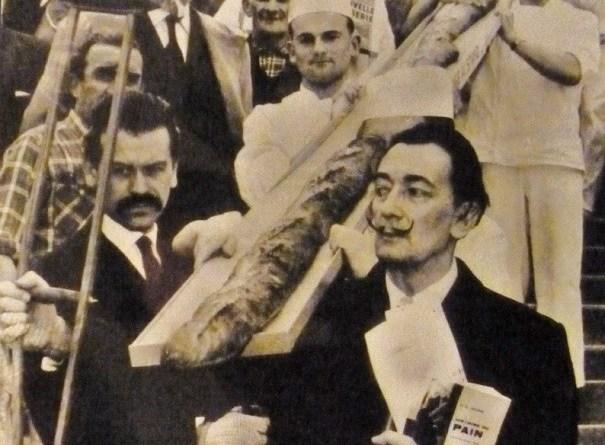 pandalì Salvador Dalí con una baguette lunga 12 metri Parigi 1958 1 - Il pane in Arte e l'ossessione di Dalì