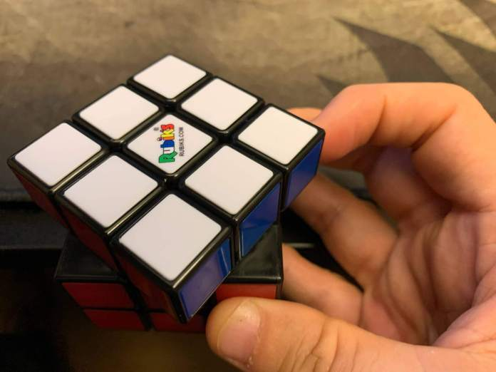 How-to-hold-a-rubiks-cube-1