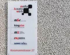 Glas-Schild für das Media Kreativ Werk