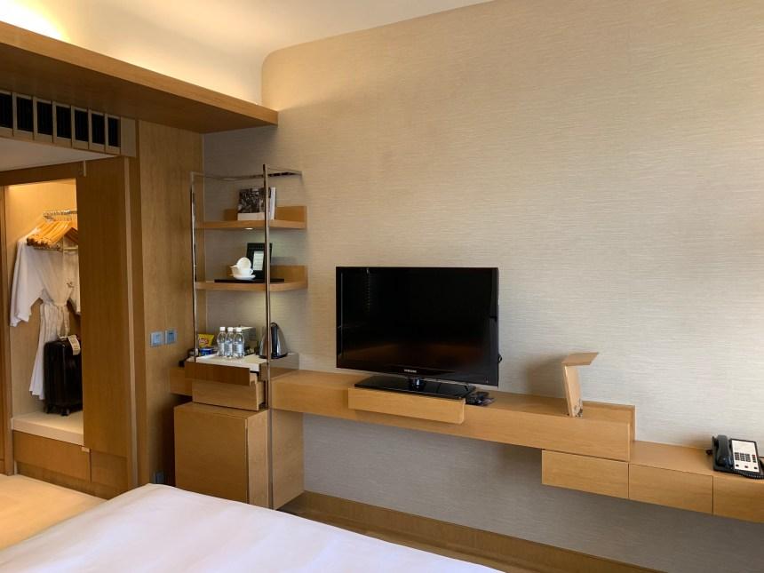 香港萬麗海景酒店-房間床褥面向電視和餐飲吧