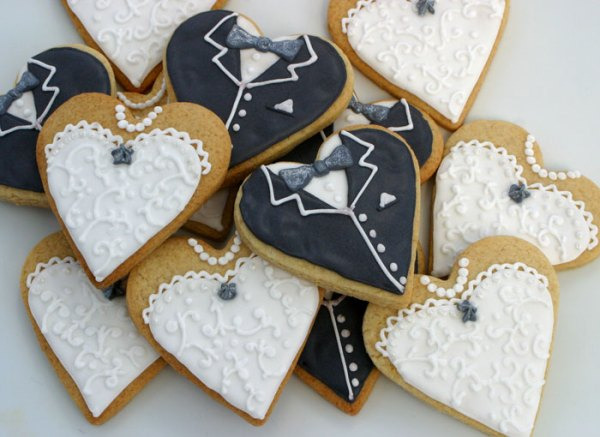 Bride-and-groom-cookies, cookie kitchen, hand baked cookies, lincolnshire bakery, hand iced cookies, wedding cookies, celebration cookies