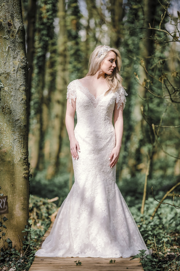 Sarah-Brabbin-Photography-Ian-Stuart-Wedding-Dress-Applewood-Weddings-Woodland-Wedding-Fairytale-wedding (12)