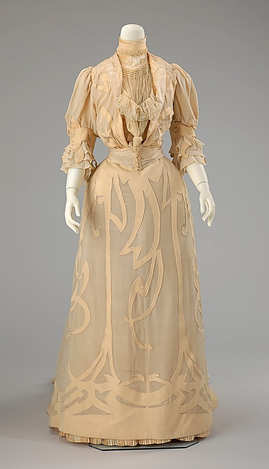 Wedding dress 1901 reverse appliqué © Met Museum)