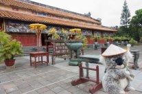 Devant un temple à Hué