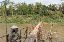 Pas rassurée pour franchir la Nam Khan sur un pont de bambou