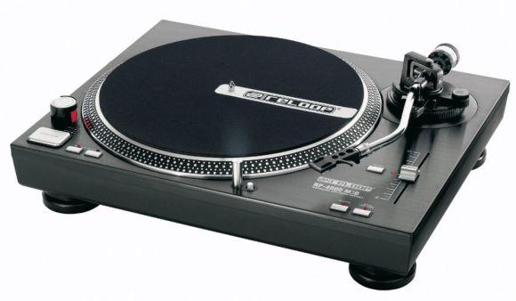 S tipi kollu Reloop marka RP4000 model pikap. Profesyonel DJ pikaplarının tamamı kararlı bir denge için bu sistemi kullanır.