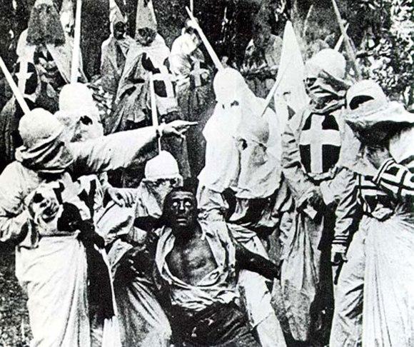Daha çok KKK adıyla anılan Klu Klux Klan çetesi yüzlerini tamamen gizleyen beyaz külahlı garip kıyafetleriyle 'faaliyet' anındayken bir kare.
