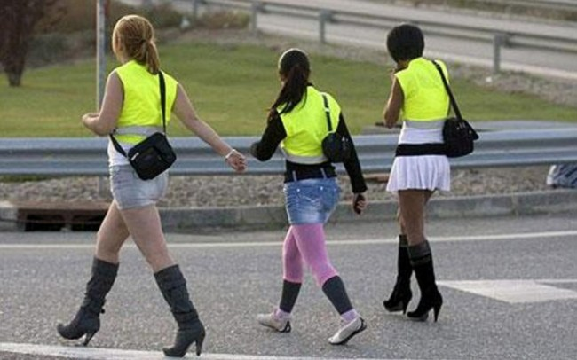 spanish-prostitutes-wear-reflective-vests-or-their-own-safety-1024x640