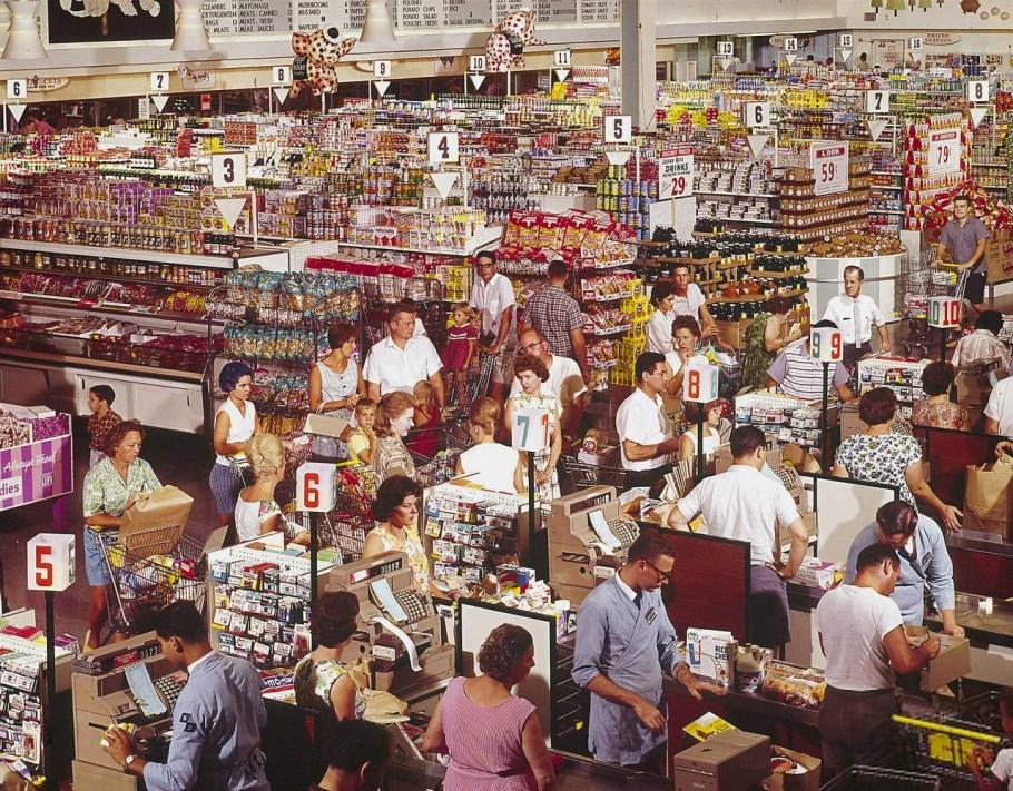 1960'lardan bir süpermarket manzarası. Bazı şeyler hiç değişmiyor.