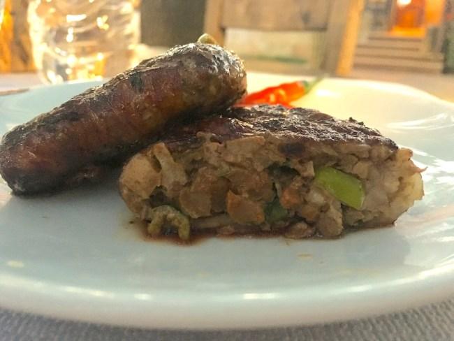 Kuzu etine sarılmış ciğer. Ballı lokma tatlısının et versiyonu da denebilir.