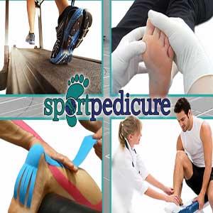 De sporter in handen van de medisch pedicure