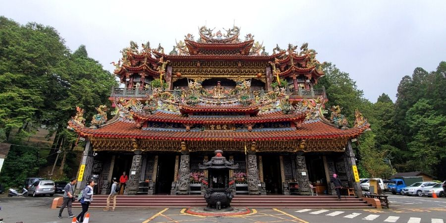 Visit the Alishan Shouzhen Temple and pick up souvenirs and snacks from the nearby vendors.