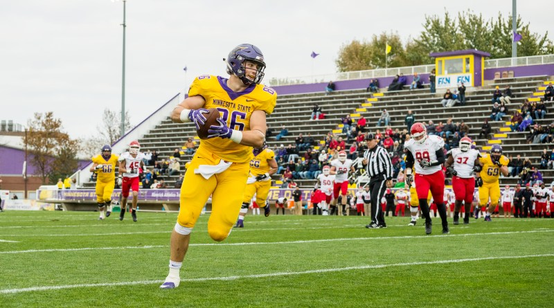 Mav football defeats Beavers, 62-13