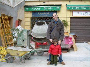 Benway posando con una hormigonera, recordando a las que aparecen en Capitán Sevilla