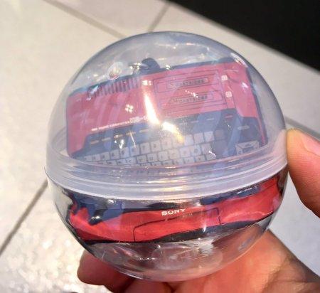 El llavero dentro de la bolita de plástico