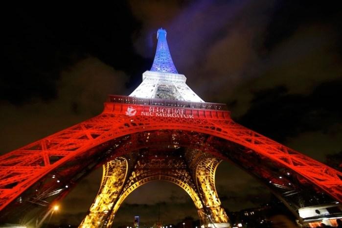 Eyfel Kulesi Kırmızı – Beyaza Büründü.