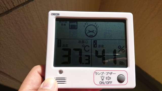 事務所の日が当たる階段の温度
