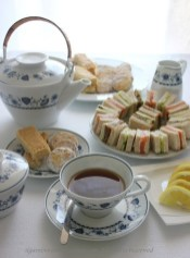 66. The Afternoon Tea con Ginger Shortbread, Lemon Meltaways e Cucumber, Salmon, Tuna and Avocado Sandwiches di Ely