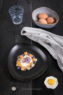 77. uova poché in insalata di patate multicolor si Fabio e Annalù