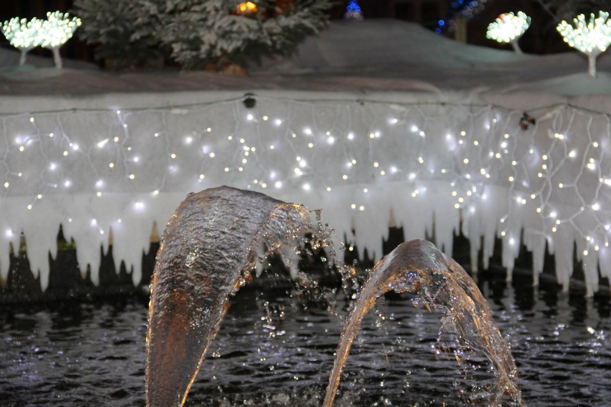 Tapis neige, guirlande LED et fontaine