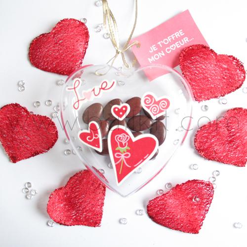 Cœur en plastique transparent et chocolats
