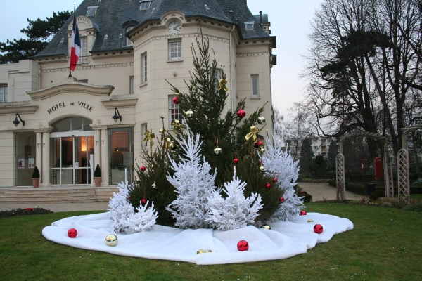 Décorations Mairie sapin, boules miroirs, tapis neige