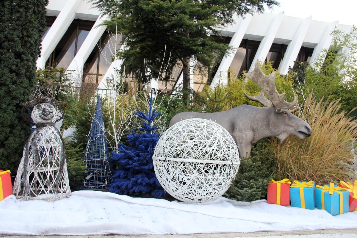 Décorations fibre de verre, sapin bleu et figurine renne 3D