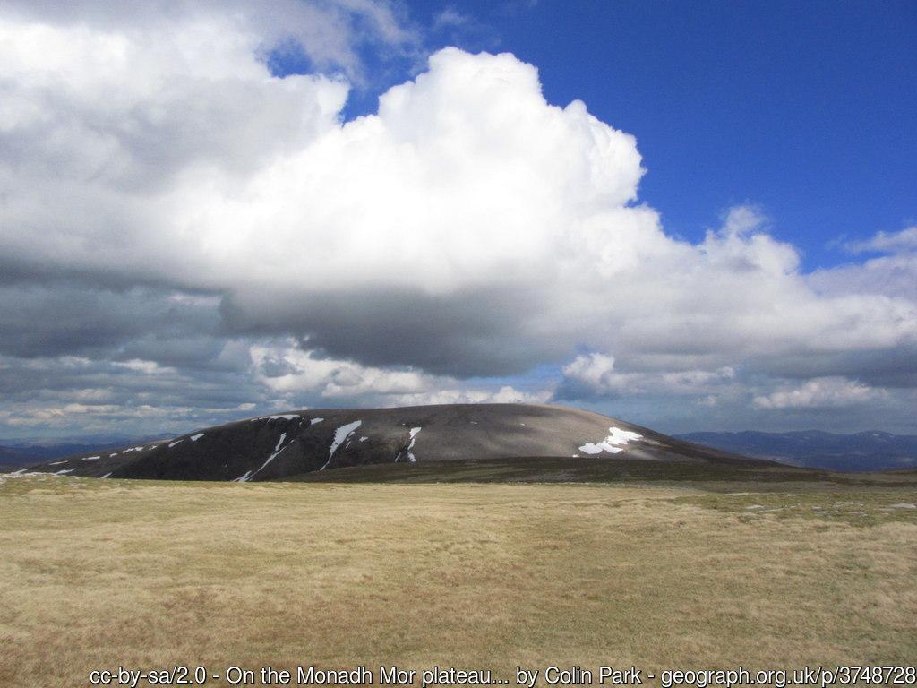 On the Monadh Mor plateau with view towards Beinn Bhrotain