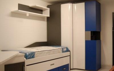 Dormitorio juvenil con ingenioso armario rincón de puertas correderas
