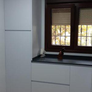 cocina formica blanca- gola blanca -charcoal soapstone