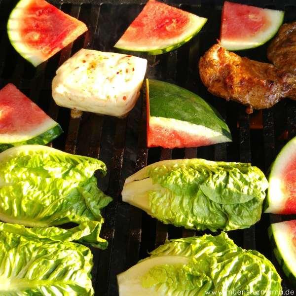 Wenn Mama grillt gibt's oft Experimente. Hier gegrillte Wassermelone mit Chili-Halloumi und gegrillter Romana, den es dann mit Ceasars Dressing gab. Echt lecker!