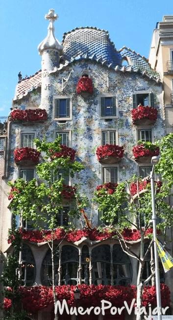 La casa Batlló adornadas con rosas en el día de Sant Jordi