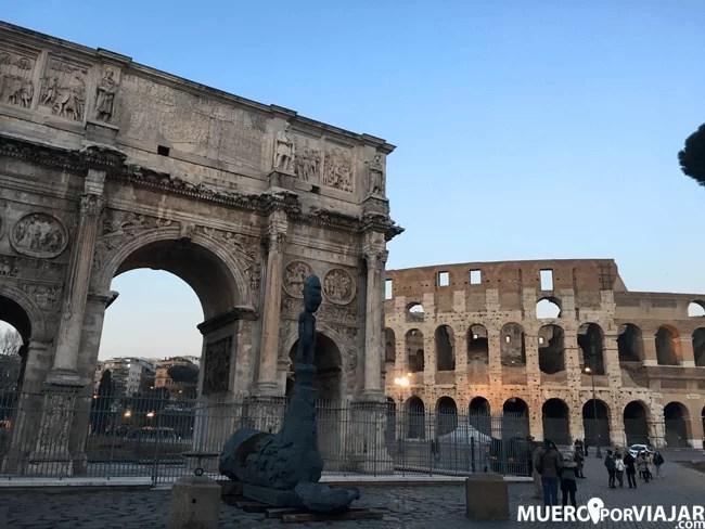 El Arco de Constantino situado en las afueras del coliseo de Roma
