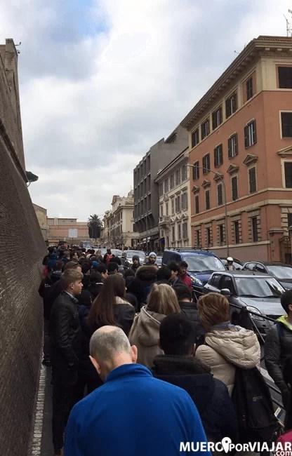 La cola para entrar a los Museos Vaticanos, normalmente es bastante larga